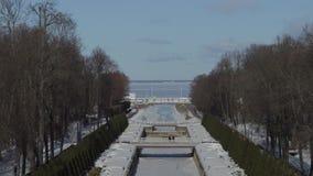 Caminhada no parque do peterhof na mola adiantada vídeos de arquivo