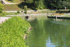 Caminhada no parque um sofiyevka pelo barco imagens de stock
