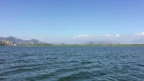 Caminhada pelo lago bonito no barco Dia de verão, água azul Lago enorme Skadar Montenegro O lago o maior em Montenegro Viagem per video estoque