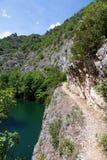 Caminhada perigosa no lago idílico Matka, garganta ao lado da capital Skopje, Macedônia Imagem de Stock