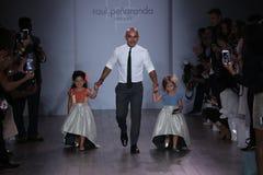Caminhada que dos modelos de Raul Penaranda e da criança a pista de decolagem durante Raul Penaranda Runway mostra imagem de stock