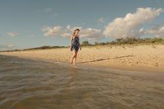 Caminhada romântica na praia Fotos de Stock Royalty Free