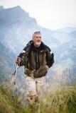 Caminhada sênior ativa nas montanhas altas Foto de Stock Royalty Free