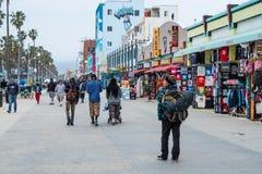 Caminhada sul na noite - CALIF?RNIA do oceano de Venice Beach, EUA - 18 DE MAR?O DE 2019 fotografia de stock royalty free