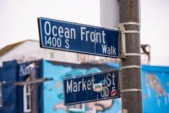 Caminhada sul na noite - CALIF?RNIA do oceano de Venice Beach, EUA - 18 DE MAR?O DE 2019 fotografia de stock