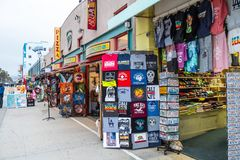 Caminhada sul na noite - CALIF?RNIA do oceano de Venice Beach, EUA - 18 DE MAR?O DE 2019 foto de stock