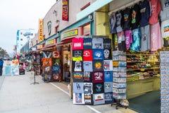 Caminhada sul na noite - CALIF?RNIA do oceano de Venice Beach, EUA - 18 DE MAR?O DE 2019 fotos de stock royalty free