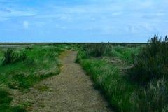 Caminhada/trajeto litorais longos perto da praia, ponto de Blakeney, Norfolk, Reino Unido imagem de stock