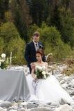 Caminhada Wedding A caminhada dos noivos ao longo do banco de rio, guardando-se mãos do ` s Retrato da noiva e do noivo imagens de stock royalty free