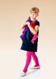 Caminhadas azuis dos sundress da menina encantador Imagens de Stock