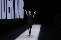 Caminhadas de Alexander Wang do desenhista a pista de decolagem durante o desfile de moda 2016 de Alexander Wang Spring /Summer Fotografia de Stock Royalty Free