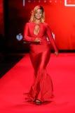 Caminhadas de Dascha Polanco a pista de decolagem no vermelho ir para a coleção vermelha 2015 do vestido das mulheres Fotografia de Stock