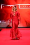 Caminhadas de Dascha Polanco a pista de decolagem no vermelho ir para a coleção vermelha 2015 do vestido das mulheres Fotos de Stock Royalty Free