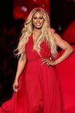 Caminhadas de Laverne Cox a pista de decolagem no vermelho ir para a coleção vermelha 2015 do vestido das mulheres Imagem de Stock Royalty Free