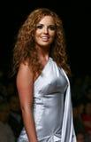 Caminhadas de Mariana Torre da actriz de CIDADE DO MÉXICO a pista de decolagem Imagens de Stock Royalty Free