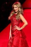 Caminhadas de Thalia do cantor a pista de decolagem no vermelho ir para a coleção vermelha 2015 do vestido das mulheres Imagem de Stock