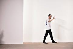 Caminhadas de Tim Coppens do desenhista a pista de decolagem no desfile de moda de Tim Coppens durante o FW 2016 dos homens da se Imagem de Stock