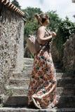 Caminhadas do turista da jovem mulher a cidade velha em Montenegro Menina feliz Foto de Stock Royalty Free