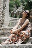 Caminhadas do turista da jovem mulher a cidade velha em Montenegro Menina feliz Fotos de Stock Royalty Free