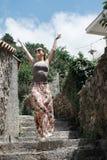 Caminhadas do turista da jovem mulher a cidade velha em Montenegro Menina feliz Fotos de Stock