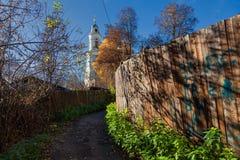 Caminhadas em Elektrogorsk As ruas da cidade velha Província do russo fotos de stock