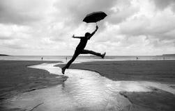 Caminhadas parvas em uma praia molhada Imagens de Stock