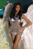 Caminhadas secretas do modelo do desfile de moda de Ictoria a pista de decolagem durante o desfile de moda 2010 de Victoria's Secr Imagens de Stock Royalty Free