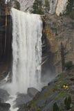 Caminhando acima uma cachoeira imagens de stock royalty free