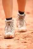 Caminhando as botas - próximas acima de sapatas sujas do caminhante Foto de Stock Royalty Free