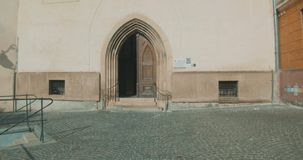Caminhando até a Porta da Igreja video estoque