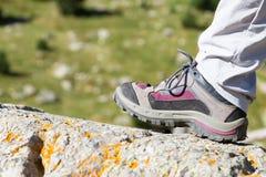 Caminhando a bota em uma rocha Foto de Stock Royalty Free