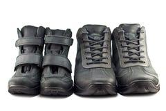 Caminhando botas adulto e sapatas das crianças Imagens de Stock Royalty Free