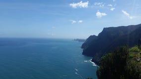 Caminhando a costa da montanha de Madeira fotografia de stock
