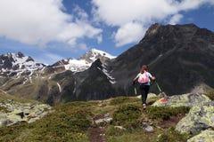 Caminhando a criança nos alpes Fotos de Stock Royalty Free