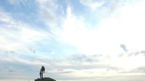 Caminhando a elevação da mulher do conceito do curso ao pico de montanha video estoque