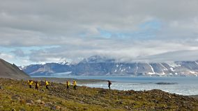 Caminhando em Hornsund, Svalbard Imagens de Stock Royalty Free