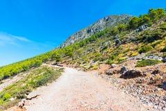 Caminhando em Rif Mountains de Marrocos sob a cidade de Chefchaouen, Marrocos, África fotos de stock