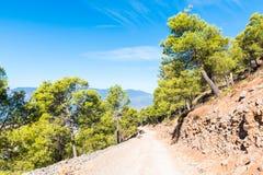 Caminhando em Rif Mountains de Marrocos sob a cidade de Chefchaouen, Marrocos, África imagens de stock