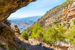 Caminhando em Rif Mountains de Marrocos sob a cidade de Chefchaouen, Marrocos, África fotografia de stock royalty free