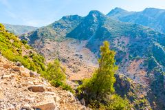 Caminhando em Rif Mountains de Marrocos sob a cidade de Chefchaouen, Marrocos, África fotografia de stock