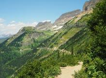 Caminhando a fuga de Highline com ir à estrada de Sun abaixo, parque nacional de geleira, Montana imagem de stock