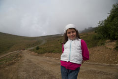Caminhando Hood Young Girl Fotografia de Stock Royalty Free