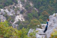 Caminhando a menina nas montanhas fotos de stock