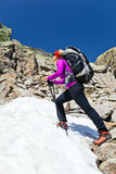Caminhando a mulher nas montanhas com neve Fotos de Stock