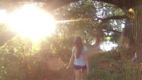 Caminhando a mulher que trekking na selva da floresta úmida Eleve a opinião traseira o caminhante fêmea novo que anda no passeio  video estoque
