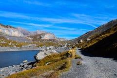 Caminhando no Gemmipass, com vista do Daubensee, Suíça/Leukerbad fotografia de stock