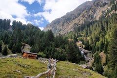 Caminhando no vale de Spronser em Tirol sul, Itália imagem de stock