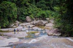 Caminhando o grupo de turistas na cachoeira de Aikeaw Foto de Stock