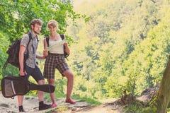 Caminhando o mapa backpacking da leitura dos pares na viagem Fotos de Stock Royalty Free