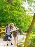 Caminhando o mapa backpacking da leitura dos pares na viagem Fotos de Stock